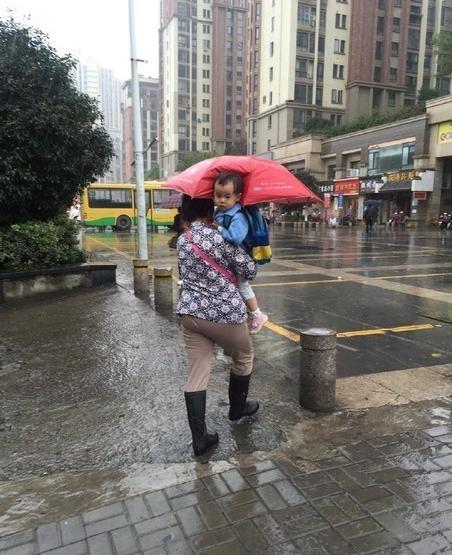 打伞小网红本尊现身 抱她的不是奶奶是外婆
