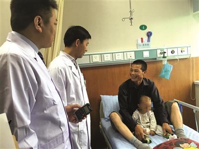 为给先心病儿子手术,胃癌父亲放弃治疗四处筹钱