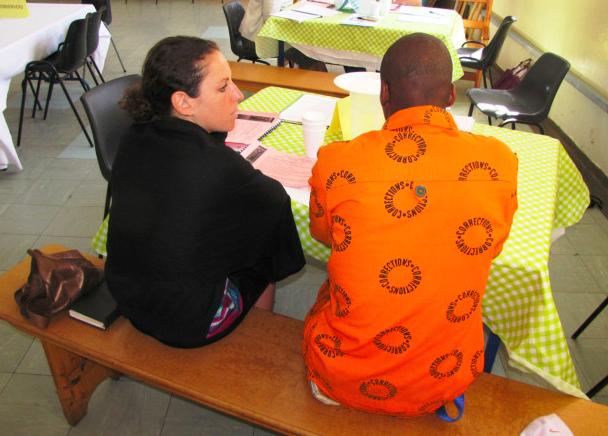 """在南非波尔斯穆尔监狱,""""修复式正义""""项目正在进行,作者和囚犯聊天"""