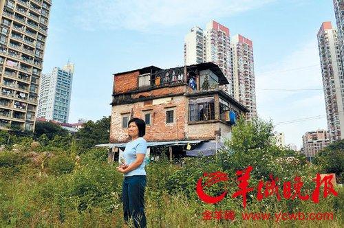 李雪菊站在自家祖屋前 羊城晚报记者 姚思东 实习生 梁灏 摄