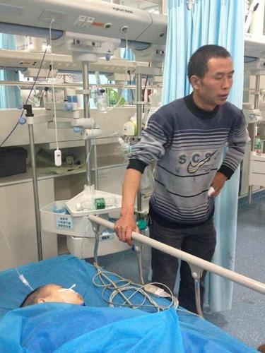 生命奇迹:父亲地震废墟中扒6小时救出儿子(图)