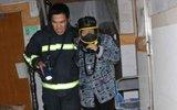 大火中,消防员把呼吸器让给被困居民