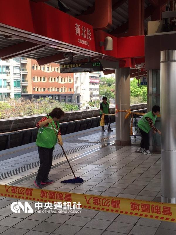 台北捷运车站传出民众砍警察事件 警员头破血流