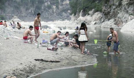 西安水源地游客不顾禁令游泳泡澡洗鞋烧烤(图)