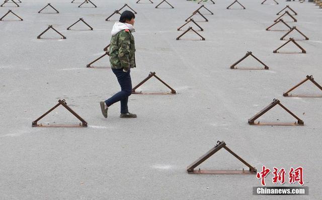"""组图:长春小区门前密布车位锁 """"撵走""""广场舞"""