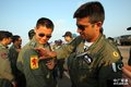 高清图:中巴表演队飞行员互赠纪念品告别航展