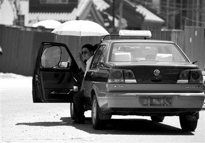 北京出租司机:油钱份钱逼着每月玩命跑才赚4千