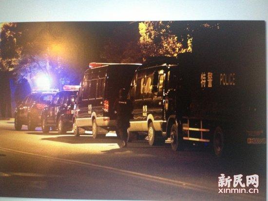 高清图—上海宝山警方在月罗路私营化工厂男子枪杀哨兵等六人