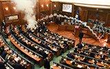 科索沃议会现骚乱 反对派议员投催泪弹抗议