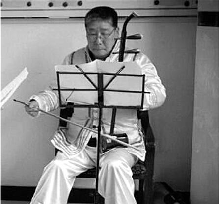 肺癌晚期老人录51首二胡曲给唱越剧老伴伴奏