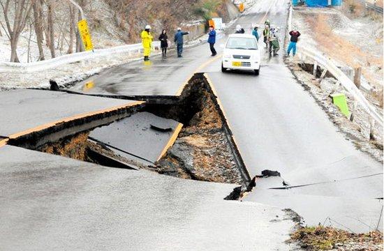 图文:曰本特大地震 市区道路塌陷