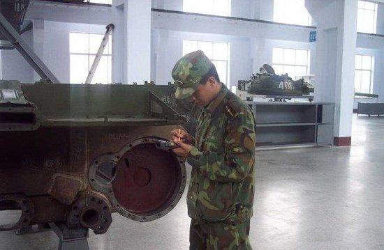 解放军坦克部队装备多功能机械手 提高维修效率图片
