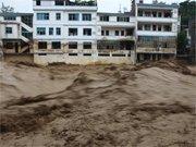 洪水经过贵州省望谟县城郊一排居民楼