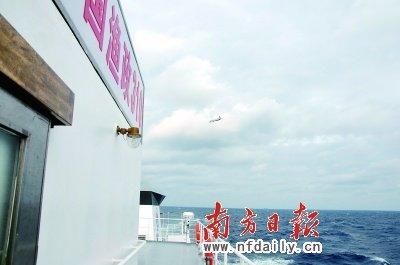 日本侦察机(红圈所示)围绕着我渔政310船上空盘旋。黄应来卢松江摄