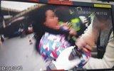 不满丈夫被罚100元 成都女子脚踢抓伤民警