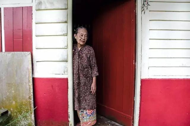 Nek Nek Lisa也在这个村里生活,她患有老年痴呆,她的女儿搬回来照顾她,女儿说让妈妈搬到现代公寓会让她的病更严重。