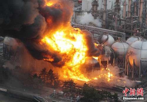 组图:日本仙台一化工厂爆炸 升起巨大火球