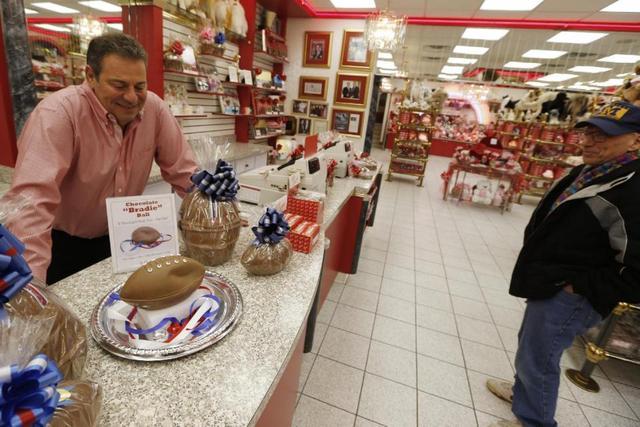 美糖果店做瘪气巧克力橄榄球 讽刺球队放气丑闻