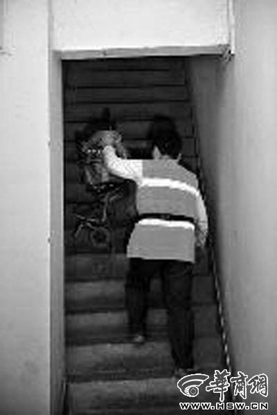 保洁员下跪阻发小广告续:家人称很心疼(图)