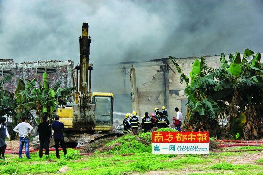 昨日下午,里水大冲镇工业区一鞋厂火灾延续了近4小时。南都记者冯雷亮
