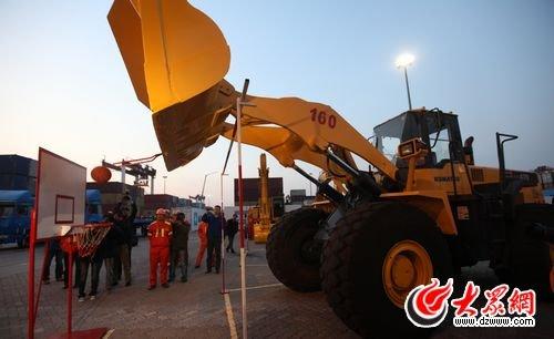 青岛港的技术比武与工作创新成为工人施展才华的大舞台.