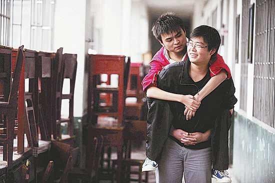 湖南大学生坚持8年背残疾同学上学(图)