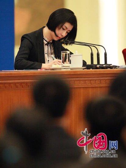 图文:温总理记者见面会上的女翻译