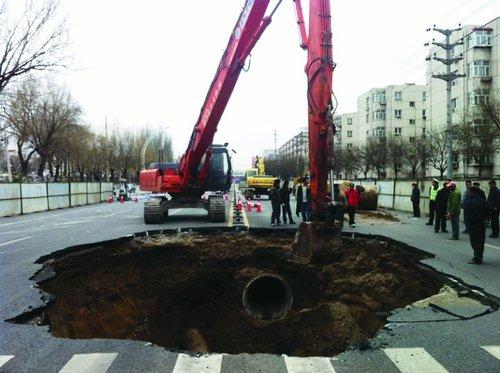 河北张家口一路段2个月内4处路面塌陷(图)