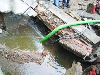 南京一自来水供水管突然爆裂 冲出3米深大坑