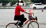 """共享单车""""花式载人"""":坐车筐 站链条盖"""