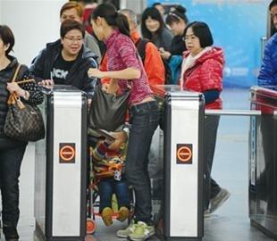 地铁稽查逃票大行动 逃票方式更是层出不穷
