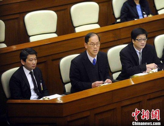 14日,香港立法会财委会审议政府申办2023年亚洲运动会的60亿元拨款申请。民政事务局局长曾德成强调,申亚符合香港长远利益,呼吁议员支持申亚。中新社发 谭达明 摄