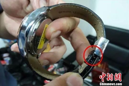 针孔摄像报牌手表。杨东 摄