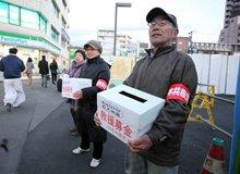 在建的东京塔下,七八位老人捧着募捐箱,卖力地向路人征捐。