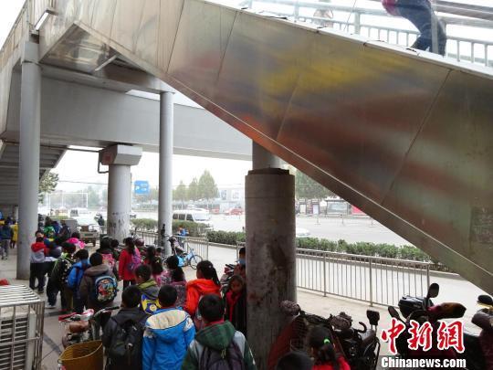 郑州两根桥墩闲置3年成摆设 官方称尚未验收