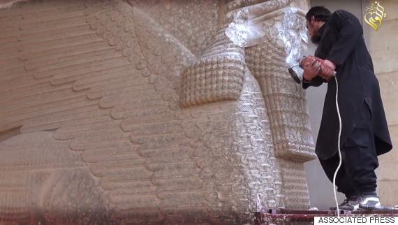 """""""伊斯兰国""""用大锤电钻破坏伊拉克古迹(图)"""