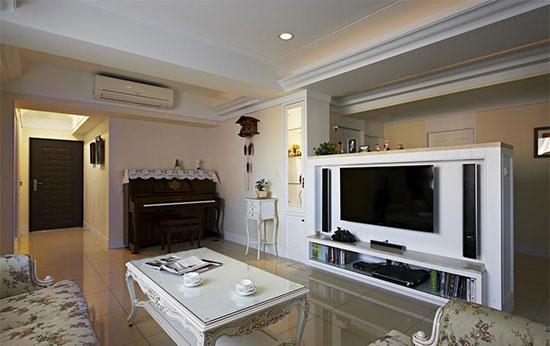 利用半高的电视墙区分出客厅,餐厅,使光线也能分享到后方空间.图片