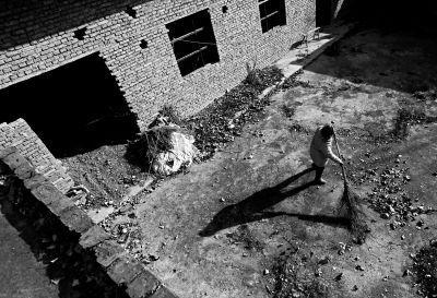 因为儿子患病连年举债,郜传友家的房子还是2006年修了一半时的样子,很多房屋没有门窗