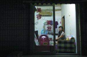 昨晚9时许,记者发明西城区广外南街集合多家小发廊。本报记者 王贵彬 摄