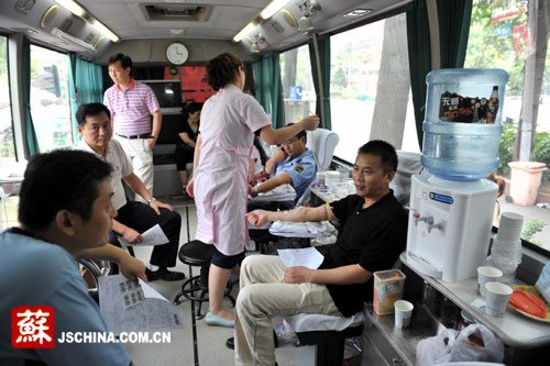 组图:南京市民踊跃献血救助栖霞爆炸受伤人员