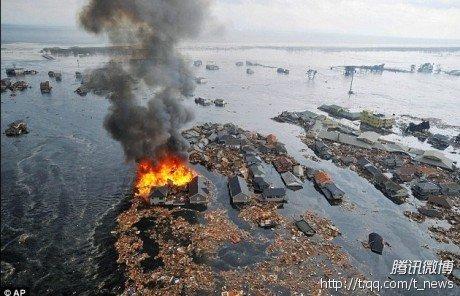 图文:海啸巨浪卷走被大火吞噬了房屋