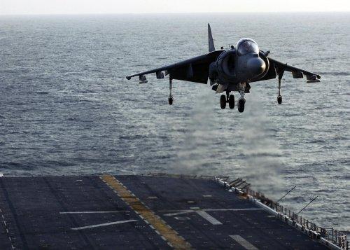 日媒:中国首架垂直起降战机 歼18 成功试飞