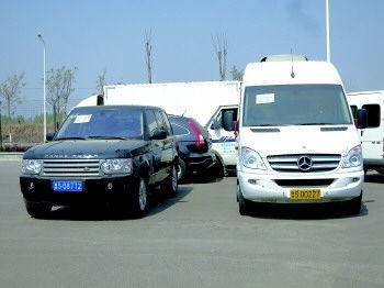此次被拍卖的路虎揽胜(左)和奔驰商务车(右)起拍价分别为56.7万元和67.5万元。记者 程凌润 摄