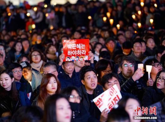 韩国民众要求总统朴槿惠下台的第三轮周末烛光集会12日晚在首尔市中心举行