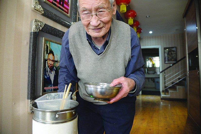 97岁老人终身未娶 抚养6个孤儿长大 - 海阔山遥 - .