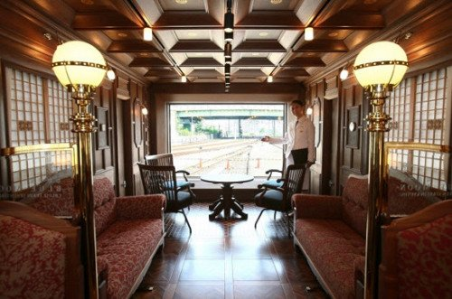 """这列""""七星级列车""""共有14个房间,最高级的""""DX套房""""位于列车的最后一节,可以全窗观览车外风景。"""