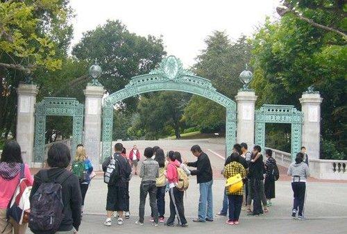 """2011年7月20日,某""""游学""""团访问UCB加州大学伯克利分校。资料图"""