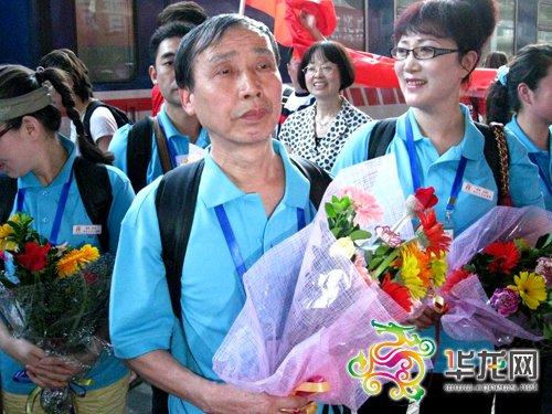 红歌团成员进京演出前母亲去世 含泪唱到最后