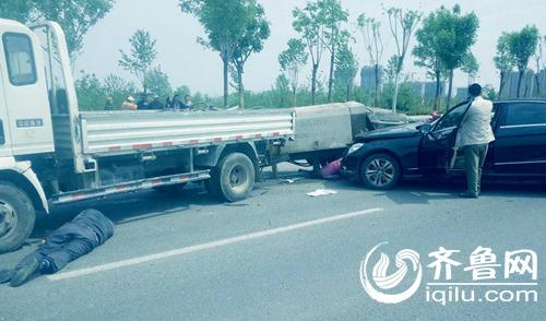 济南发生惨烈车祸 豪车超速撞死路边修车父子俩