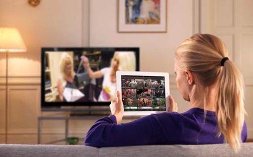 当心:边玩电子设备边看电视伤大脑 影响智商